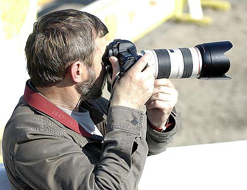 фотограф с зеркальной камерой