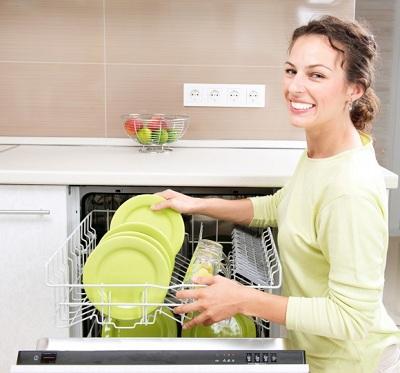 мойка посуды в посудомоечной машине