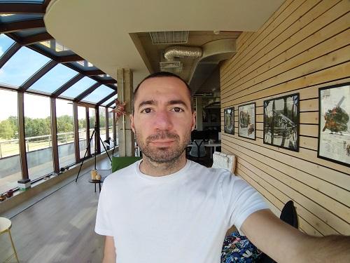 фото на фронтальную камеру с широкоугольным объективом Sony Xperia XA2 Plus