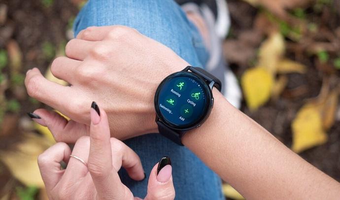 Samsung Galaxy Watch Active 2 на руке